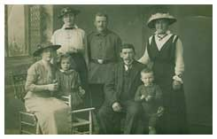 Bilden är tagen 1916 på sommaren. Heinrich sitter med sin son Karl intill sig. Frida hans fru sitter till vänster med deras dotter Marie. Hennes syster Amanda står intill Heinrich och bakom står hennes bror Peter i uniform. På bilden ser man att Henrich var civilklädd sommaren 1916, han kan inte ha varit i militären mer än kanske ett och halvt år.