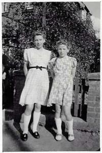Gerda och Erika  i sina nya klänningara